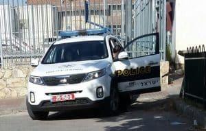 משטרה מחוץ לחצר בית הכנסת