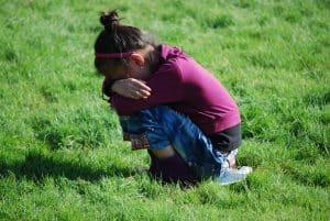 ילדה מבוהלת בוכה